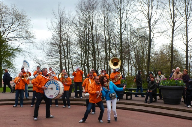 Dutch Brass Band &amp; tourist, Keukenhof Gardens
