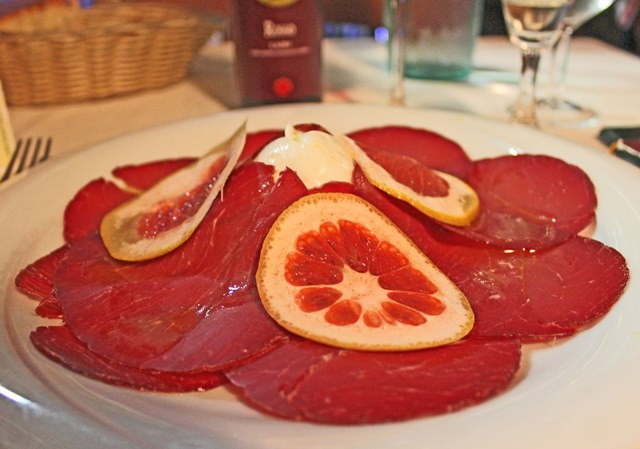 Bresaola, mozarella and grapefruit - Le main in pasta restaurant, Rome - photo zoe dawes