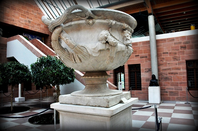 The_Warwick_Vase_from_The_Hadrian's_Villa,_the_Burrell_Collection,_Glasgow Photo Osama Shukir Muhammed Amin