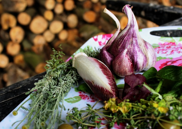 Garlic and salad leaves - Food Photography Tips - The Quirky Traveller